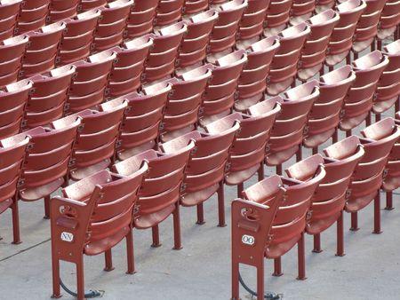 ballpark: Filas de asientos vac�os Roja en el Ballpark