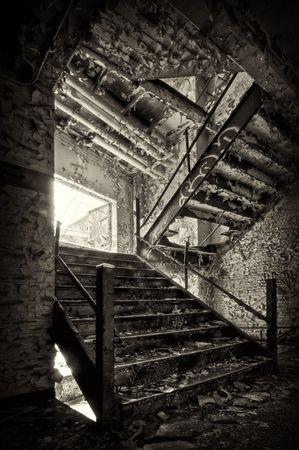 Decadente escalera en un edificio industrial