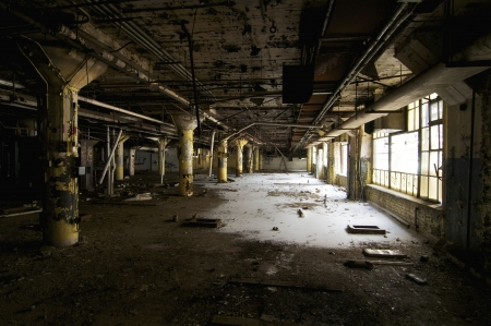 Habitaci�n en un gran edificio industrial abandonada