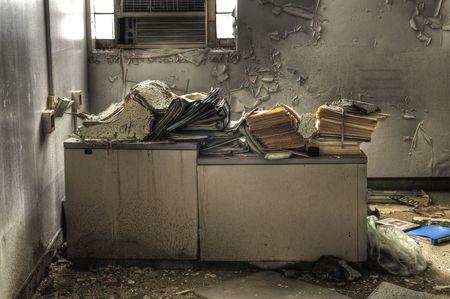 oficina desordenada: Mont�n de basura en Office Desk
