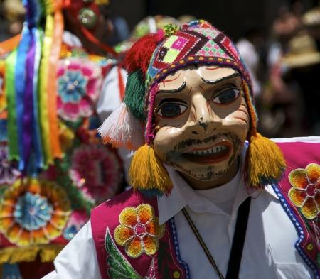 Un hombre con una m�scara durante un festival en Cusco, Per�  Foto de archivo