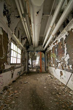 Hallway cariado en un edificio abandonado