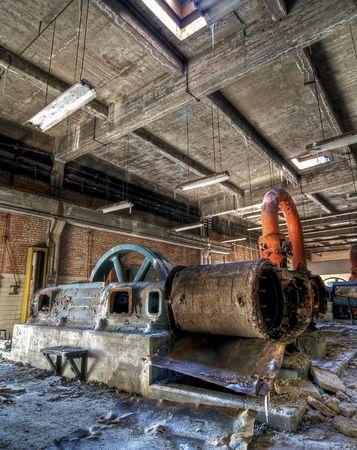 Equipos industriales pesados en un edificio abandonado Foto de archivo
