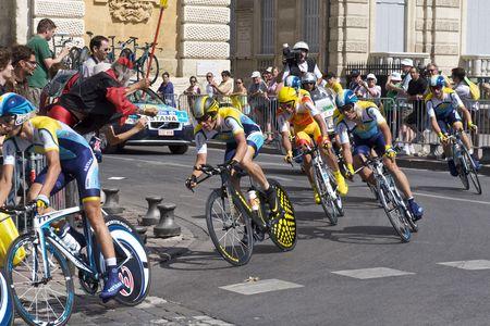 MONTPELLIER, Francia - 7 de julio: Equipo Astana y Lance Armstrong toman en una esquina de la etapa 4 de 2009 Tour de Francia el 7 de julio de 2009 en Montpellier, Francia