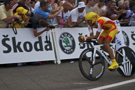 alberto: MONACO - 4 de julio: Alberto Contador de equipo Astana acabados los �ltimos 150 metros del 2009 Tour de Francia el 4 de julio de 2009 en M�naco  Editorial