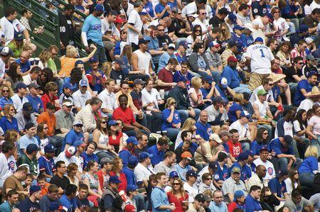 CHICAGO, IL - 5 de mayo: Los ventiladores animando durante el juego de Chicago Cubs vs San Francisco Giants en Wrigley Field el 5 de mayo de 2009 en Chicago, IL  Editorial