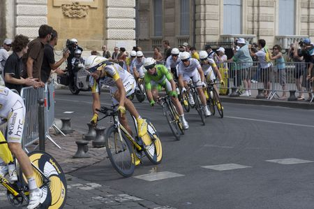 MONTPELLIER, FRANCE - JULY 7: Team Columbia Highroad manage a sharp turn at Stage 4 of the 2009 Tour de France on July 7, 2009 in Montpellier, France. 版權商用圖片 - 6886127