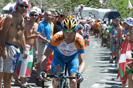 COL DU TOURMALET, FRANCE - JULY 12: A Garmin rider climbs the Col du Tourmalet in Stage 9 of the 2009 Tour de France on July 12, 2009 in France Redakční