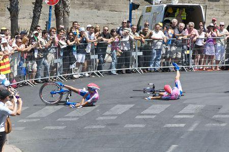 MONTPELLIER, Francia - 7 de julio: Dos miembros del equipo Lampre chocar en una esquina en el escenario 4 de 2009 Tour de Francia el 7 de julio de 2009 en Montpellier, Francia.  Editorial