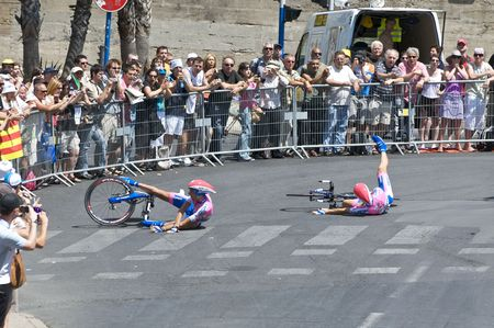 MONTPELLIER, FRANCE - JULY 7: Two members of Team Lampre crash into a corner at Stage 4 of the 2009 Tour de France on July 7, 2009 in Montpellier, France.  Redactioneel