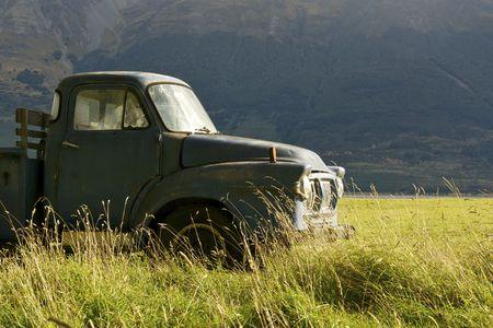 Una vieja camioneta en un campo de c�sped
