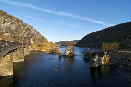 Železnice a lávka přes řeku Potomac v Harpers Ferry, Západní Virginie Redakční
