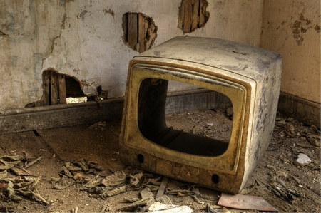 Un televisor roto en una casa abandonada Foto de archivo