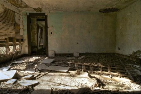in disrepair: Una camera da letto ha lasciato in macerie in una casa abbandonata