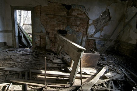 Padlý krb plášť stojí v obývacím pokoji opuštěném domě