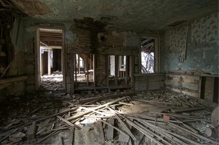 Una antigua cocina en una casa abandonada