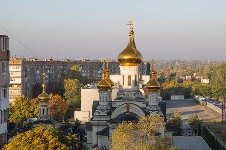 Donetsk, Oekraïne, 3 oktober 2019 jaar. Trinity kathedraal en tempel van St. gezegend Xenia van Petersburg in de wijk Budennovsky. Russisch-orthodoxe kerk, Patriarchaat van Moskou. Dagtijd bij zonsopgang.