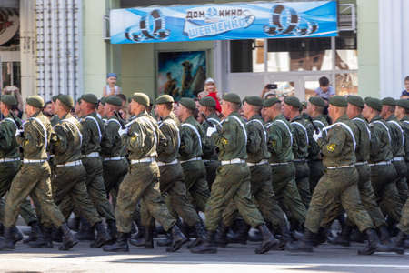Donetsk, Donetsk People Republic, Ukraine - June 24, 2020: Armed servicemen march during the Victory Parade in the Great Patriotic War. 新聞圖片
