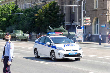 Donetsk, Donetsk People Republic, Ukraine - June 24, 2020: A police car accompanies the movement of military equipment at the Victory Parade. 新聞圖片