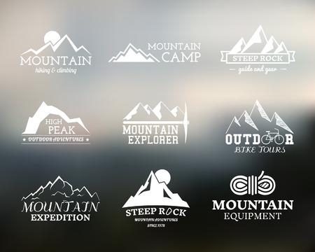 aventura: Conjunto de placa Campamento de verano explorador de montaña, y plantillas de etiquetas. Viajes, senderismo, escalada en estilo. Al aire libre. Mejor para los sitios de aventura, viajes revista etc. En el fondo borroso. Ilustración vectorial