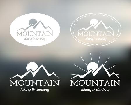 여름 산 캠프 배지 및 레이블 템플릿 집합. 여행, 하이킹, 등산 스타일. 집 밖의. 모험 사이트, 여행 회사 등 최고의 배경을 흐리게. 벡터 일러스트 레이