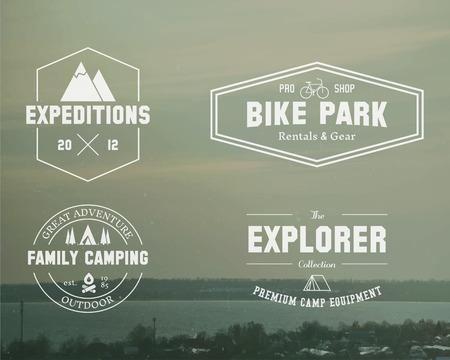 logo voyage: Ensemble de l'explorateur d'été, la famille badge camp, le logo et les modèles d'étiquettes. Voyage, de la randonnée, le style de vélo. Extérieure. Meilleur pour les sites d'aventure, Travel Magazine etc. Sur vintage background floue. Vector.