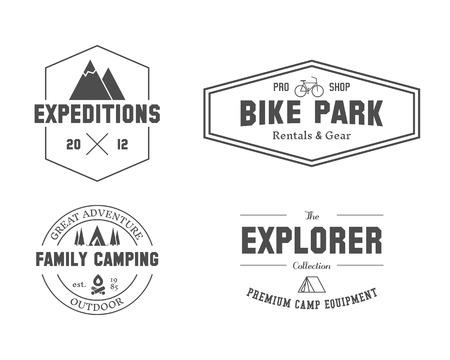 Set van outdoor ontdekkingsreiziger, familiecamping badge, logo en etiket sjablonen. Reizen, wandelen, fietsen stijl. Openlucht. Beste voor avontuur sites, reismagazine enz. Geïsoleerd op witte achtergrond. Vector. Stock Illustratie
