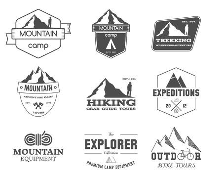 montagna: Set di avventura esploratore campo distintivo, il logo e Modelli di etichetta all'aperto in bianco e nero. Viaggi, trekking, arrampicata, stile trekking. Meglio per i siti d'avventura, rivista di viaggi. Isolati su sfondo. Vettore. Vettoriali