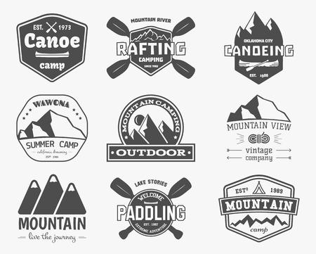 빈티지 산, 래프팅, 카약, 얕은, 카누 캠프, 레이블 및 배지 집합입니다. 세련된 흑백 디자인. 야외 활동 테마. 모험 사이트, 잡지, 웹 응용 프로그램에