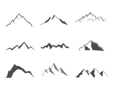 escalando: Conjunto de elementos de la montaña. Icono al aire libre. Dibujado a mano la nieve de hielo cimas de las montañas, los símbolos decorativos aislados. Úsalos para el logotipo de camping, etiquetas de viaje, escalada o insignias de senderismo. Ilustración del vector.