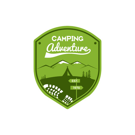 모험 라벨 캠핑. 빈티지 산 겨울 캠프 탐색기 배지입니다. 야외 로고 디자인. 여행 스탬프 개념입니다. 아이콘 기호 등반, 하이킹. 황야의 상징과 휘장