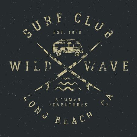 Surf camiseta de diseño en estilo de goma de la vendimia con símbolos de surf - viejo coche de rv, tablas de surf y la tipografía verano - ola salvaje, club de surf. Vector parche inconformista para la camiseta, ropa de impresión. Foto de archivo - 60906595