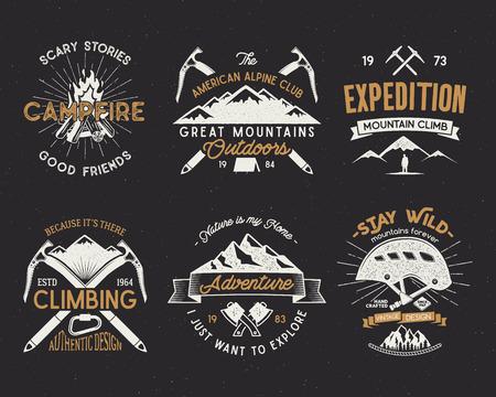 Jogo de etiquetas da escalada de montanha, emblemas da expedição das montanhas, vintage que hiking silhuetas logotipos e elementos do projeto. Vector o estilo retro da tipografia isolado. Remendos da região selvagem isolados no branco. Imagens - 74269911