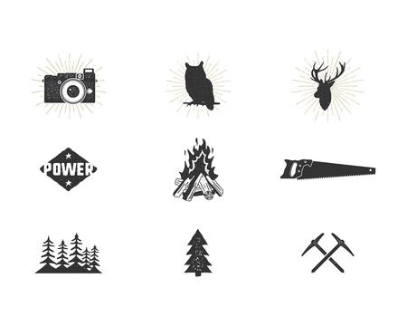 야외 모험 실루엣 아이콘을 설정합니다. 등산 및 캠핑 도형 컬렉션. 간단한 검은 픽토그램 번들. 로고 및 기타 하이킹, 서핑 디자인 제작에 사용합니다. 일러스트