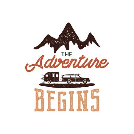 Disegno di etichetta disegnata a mano avventura vintage. L'avventura inizia i simboli di segno e attività all'aperto - montagne, trailer camper. Colori retrò Isolato su sfondo bianco effetto tipografico Archivio Fotografico - 81938270