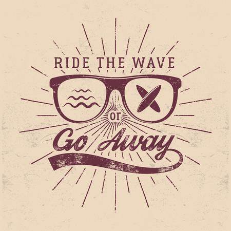 Vintage Surfing Graphics and Emblem para diseño web o impresión. Surfista, diseño de estilo de playa. Placa de vidrio de surf. Sello de tabla de surf Embarque de verano Cabalga la ola o desaparece la insignia inconformista Foto de archivo - 81938293