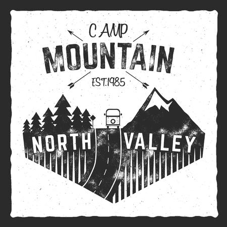 山キャンプ ポスター。Rv トレーラー北谷のサイン。クラシックなデザイン。屋外の冒険のロゴ、レトロな色。グラフィックのプリント デザイン t シ 写真素材