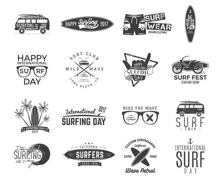 Gráficos y emblemas de surf vintage para diseño web o impresión. Surfer, diseño de estilo de playa. Insignia de Surf. Tabla de surf sello, elementos, símbolos. Embarque de verano en las olas. insignias hipster Foto de archivo - 81938313