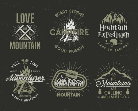 山とスカウトのバッジのセットです。ラベル、山探検隊エンブレム、ヴィンテージのシルエットのロゴをハイキングを登山とデザイン要素。分離さ
