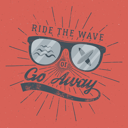 Cartel de surf vintage para diseño web o impresión. El emblema de las gafas de surf, el verano y el letrero de tipografía, recorren la ola o se van. Insignia de la resaca en fondo rojo. . Foto de archivo - 85183970