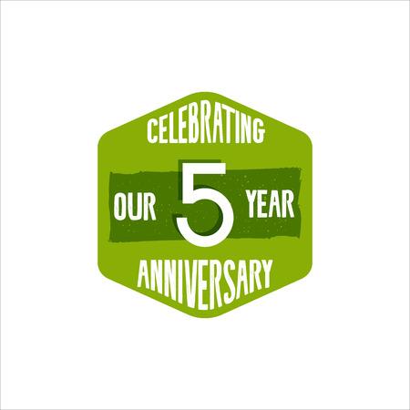 Célébrant le badge anniversaire, signe et emblème de 5 ans dans le style de couleur rétro. Facile à modifier et à utiliser votre numéro, texte. illustration isoler sur fond blanc. Banque d'images - 85258259