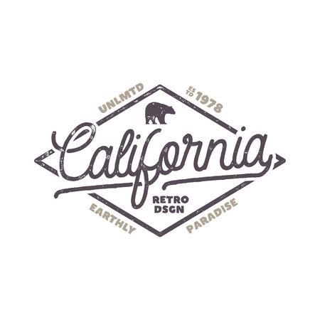 Etiqueta de verão Califórnia com urso e elementos de tipografia. Estilo retro do surf para t-shirt, emblemas, canecas, design do roupa, roupa e a outra identidade. Estoque isolado no fundo branco Foto de archivo - 92534594
