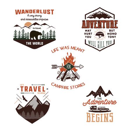 ヴィンテージアドベンチャーティーシャツデザイン、夏のロゴセット。手描きの旅行ラベル。山の探検家、放浪者、探検のエンブレム。夏のロゴ。