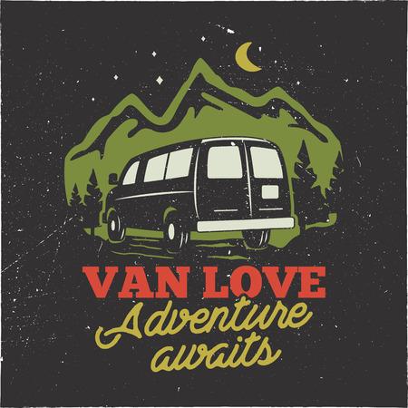 ヴィンテージ手描きキャンプロゴバッジ。ヴァン愛 - アデンチャーは引用を待っています。山のコンセプトで幸せなキャンピングカー。Tシャツ、マグカップ、ステッカーに最適です。暗い背景に分離されたストックベクターエンブレム