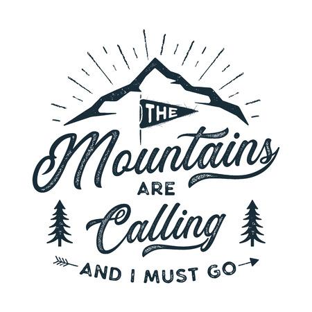 Impresión de camiseta de viaje. Las montañas están llamando y debo ir a diseñar. Impresión de silueta de aventura, cartel. Emblema de camping, estilo texturizado. Camiseta de tipografía hipster. Ilustración vectorial de stock