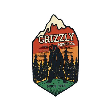 Emblema del logotipo de Wanderlust. Insignia de viaje dibujada a mano vintage. Con Grizzly Bear en la escena del bosque. Presupuesto de aventura personalizado incluido. Stock vector caminata insignia angustiada