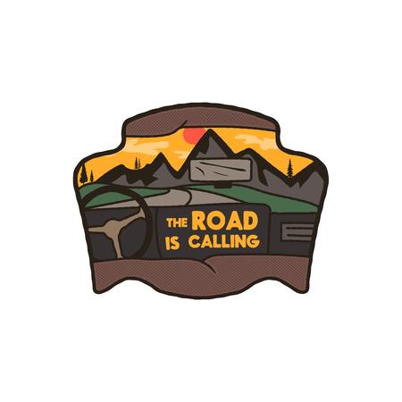 ワンダーラスト ロゴ エンブレムロードトリップバッジ。ヴィンテージ手描き旅行パッチデザイン。車の中に山のシーンをフィーチャー。含まれているカスタム冒険の引用 - 道路は呼び出しています。ストックベクトル記章
