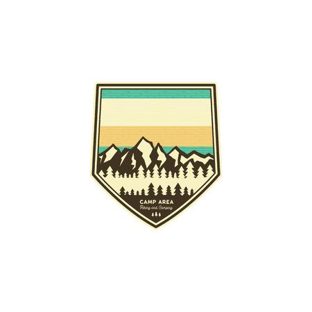 Insignia vintage de camping y senderismo. Plantilla de etiqueta de explorador de montaña. Diseño de aventuras al aire libre con montañas. Parche de vector stock