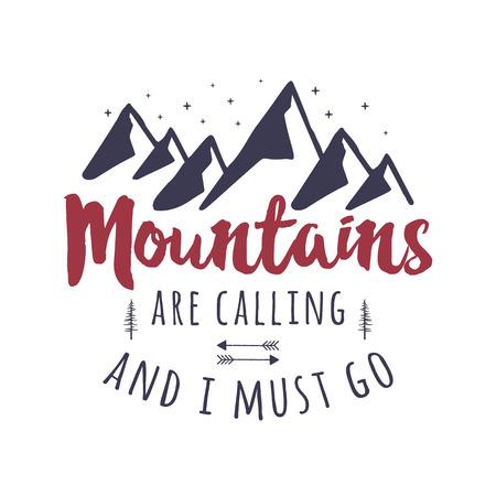 Las montañas están llamando y debo ir al diseño gráfico. Logotipo de tipografía Mountain Adventure. Ilustración de viajes dibujados a mano vintage. Emblema de vector stock aislado en blanco