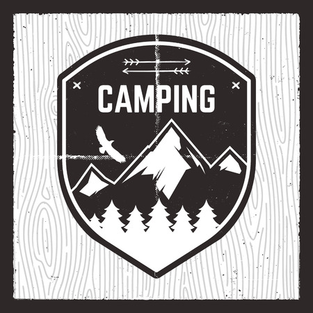 キャンプアドベンチャーカード。森、山、ワシを持つワイルドマウンテンエクスプローラーバッジ。Tシャツ、マグカップ、ポスター、その他のプリントのためのアウトドア愛好家の贈り物のためのニース。林のパターンで分離されたストックベクトル